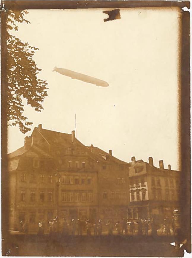 Ein frühes Luftschiff der Zeppelin-Reihe über Erfurt.